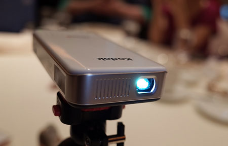 Kodak 行動投影機:內建電池、無線連接手機