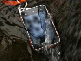 運動好拍檔:Xperia active 讓你帶著下水也免驚